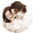 assurance garanties accidents de la vie couple famille femme homme enfant fond blanc bébé bebe cheveux long chemise ensemble sourire heureux comparatif comparaison devis gratuit