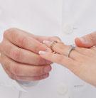 Mann steckt Ehering an © ersler - 123RF Stock Photo