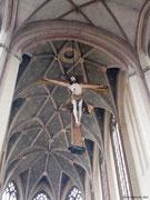 """""""Himmelähnlich"""" gestaltes Gewölbe und Chorbogenkreuz"""