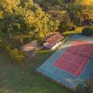 Cancha de tenis del Castillo Bella Epoca albergues y habitaciones de huespedes.
