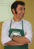 Grünen-Vorsitzener Cem Özdemir, lachend und mit verschränkten Armen. Foto: Helga Karl