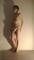 男性ヌードモデルはるきの下着1枚を着用したポーズイメージ画像。直立姿勢で両手を腰に当てているポーズをしています。ペニスは下着で隠れています。