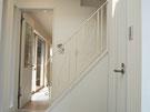 階段に白いアイアン手摺