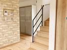 自然光が照らす、リビング階段とアイアン手すり
