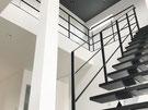 スケルトン階段に黒いフラットバーアイアン手スリ