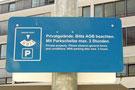 Dieses Schild enthält keinen Hinweis darauf, dass bei einem Parkverstoß eine Vertragsstrafe zu zahlen ist. Ein Strafzettel wäre unwirksam, da kein Vertrag über eine Zahlungspflicht besteht.