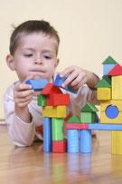 Junge spielt mit Bauklötzen