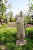 Скульптура Г. Сковороды во дворе художника.