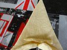 fare un taglietto di 1-2 cm  sulla base del triangolo, piegare all'interno e mettere un pezzettino di pasta in mezzo.