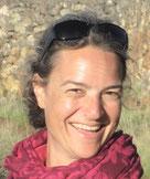 Porträt Heidi Winkler mit Schal und Sonnenbrille auf dem Kopf