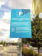 Leider wird lediglich in Microschrift auf die Parkregelungen hingewiesen. Ein Strafzettel (Knöllchen) der privaten Parkplatzkontrolle wäre in rechtlicher Hinsicht unberechtigt.