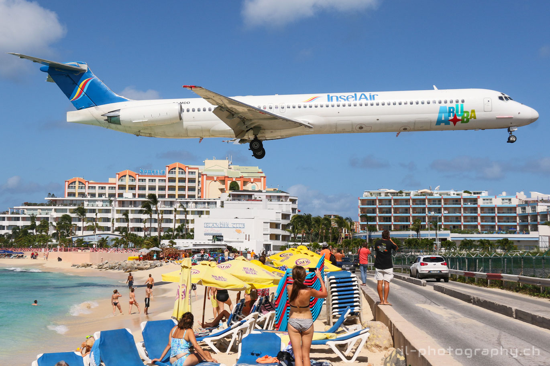 McDonnell Douglas MD-80 der Insel Air über dem Maho Beach im Anflug auf St.Maarten SXM.