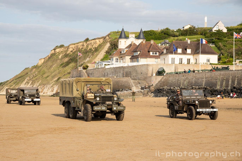 Fahrzeuge aus dem Zweiten Weltkrieg am Strand von Arromanchens.