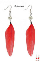 Boucles d'oreilles pendantes plumes rouges et perles nacrées