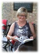 Bild der Autorin bei einer Lesung im Café K. Berllin