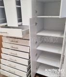 Muebles especializados para farmacias, en la imagen dos muebles; uno para medicamentos con 9 cajones en la parte inferior y 3 cajones de doble vista en la parte superior; el otro con puertas y entrepaños para guardado de sueros y dos puertas laterales par
