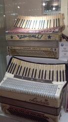鍵盤がカーブしていると弾きやすいのかも・・・?
