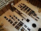 Quelques bordages ne sont pas posés pour laisser en vue une partie de la structure et sur les aménagements de la cale.