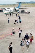 与那国空港から新石垣空港に到着したRACの旅客機。観光客数の解釈をめぐり、意見が割れている(2014年1月撮影)