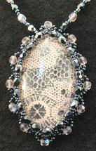 Collana embroidery con cabochon a pizzo color albicocca e perline sfaccettate grigio scuro