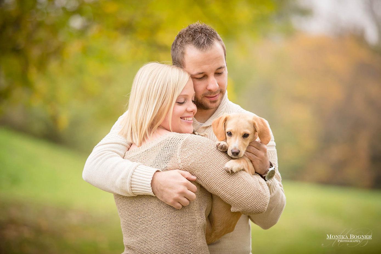 Pärchen mit Hund beim Fotoshooting im Herbst