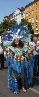 Tänzerin in Blau beim Karneval der Kulturen Berlin. Foto: Helga Karl