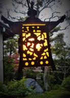 点灯した釣り灯籠