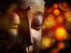 Visage d'une statue de bouddha sur fond doré