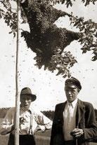 Umschwärmt: Zimmermann (Feichtner) und Briefträger (Schöfberger)