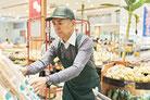 画像:スーパーで働くシニア世代