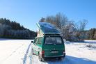 Flache SOLARA Solarmodule auf einem T5 VW Bus, bzw. VW Camper Van, Kastenwagen. Solarstrom seit 20 Jahren an Bord für die Lampen, Kühlung, TV und Laptop. Dank der leichten flachen Solarmodule perfekt auch für den VW Bus im Winter!
