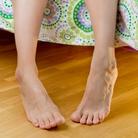 benen van een vrouw die op bed zit
