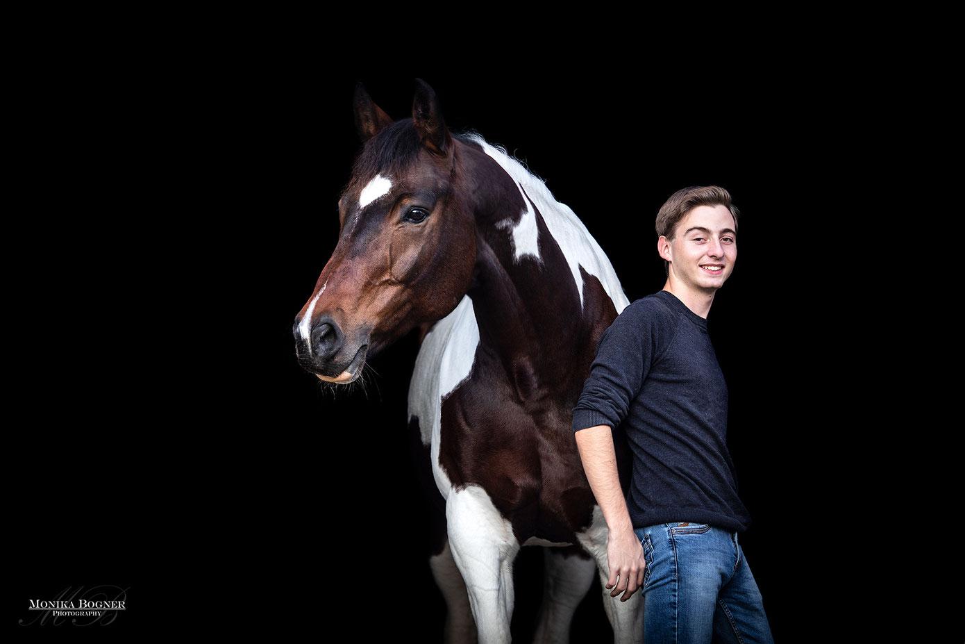 Fotos vor schwarzem Hintergrund mit Pferd und Mensch, Pinto, springpferd