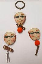 Broche masque : 20€,  magnet masque : 18€, Porte-clefs masque : 18€
