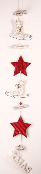 Rot - weiße Girlande  mit Holzsternen - Treibholz und Schlittschuhen und XMAS Schild als Abschluss.