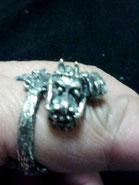 シルバーリング指と龍
