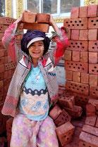 Travailleuse d'AZM qui aide à la construction.