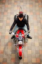 バイクに乗る男性のイメージ7