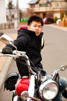 バイクに乗る男性のイメージ1