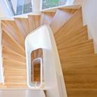 Holztreppe mit Krümmlings Geländer