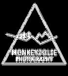 Monkeyjolie Fotografie Logo mit Bergen und Tannen