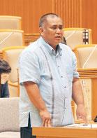 砂川氏は離島振興について質問した=2日、県議会
