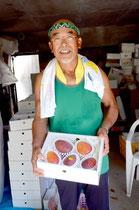 育てたマンゴーを手に「生産者がその気になれば個人でも輸出は可能」と語る川上さん=川平