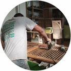 uomo di schiena che usa la pialla per sgrezzare una persiana