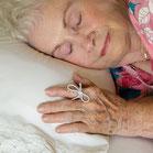 Slapende dame of leeftijd met strikje om wijsvinger