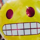 ballon van een smiley met 'oh oh' glimlach, laat tanden zien