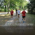 Training für den Erfolg: Beeskows Geher Hagen Pohle (rechts) hat sich in Kienbaum mit Vereinskollegin Charlyne Czychy, Trainerin Manja Berger (auf dem Fahrrad) und Nils Gloger (von links) auf die WM i