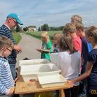 Lutz Tappenbeck zeigt den Kindern Wassertiere (Foto: Tappenbeck)