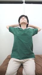肩こりのストレッチ胸~首前-③