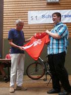 Auch Herr Hepting, als klarer Sieger der Lehrerwertung, wird mit dem roten Trikot ausgezeichnet.